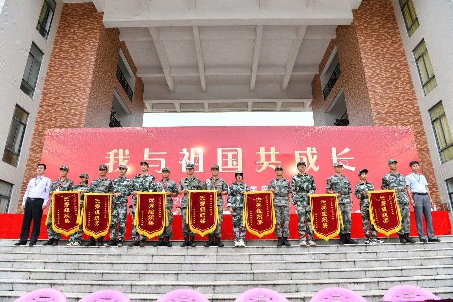 16院领导为获得优秀组织奖的军训班级颁奖.JPG