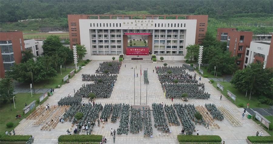 2各系部代表方队集结于学院广场.JPG