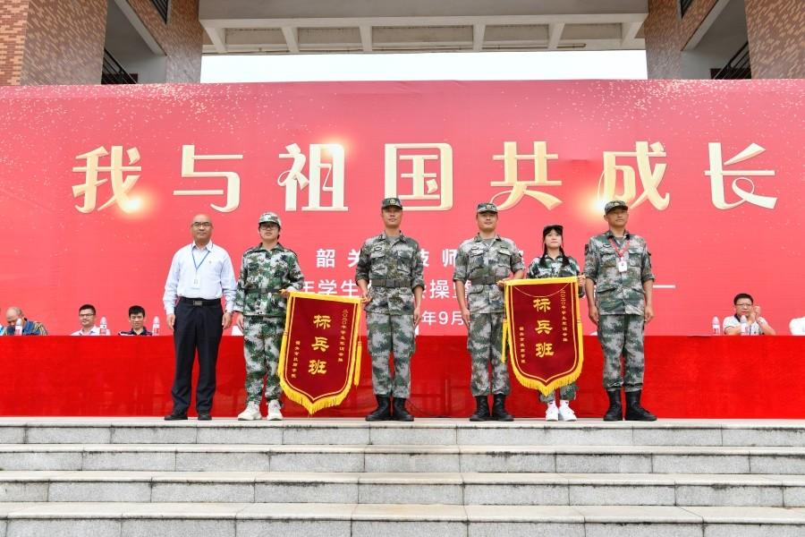 13院领导为一等奖(军训标兵班)进行颁奖.JPG