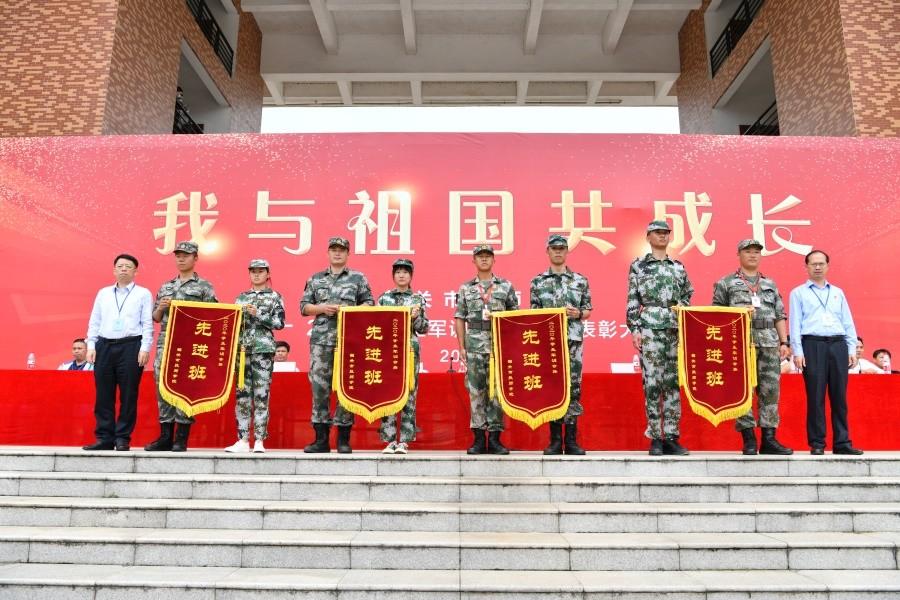 15院领导为三等奖(军训先进班)进行颁奖.JPG