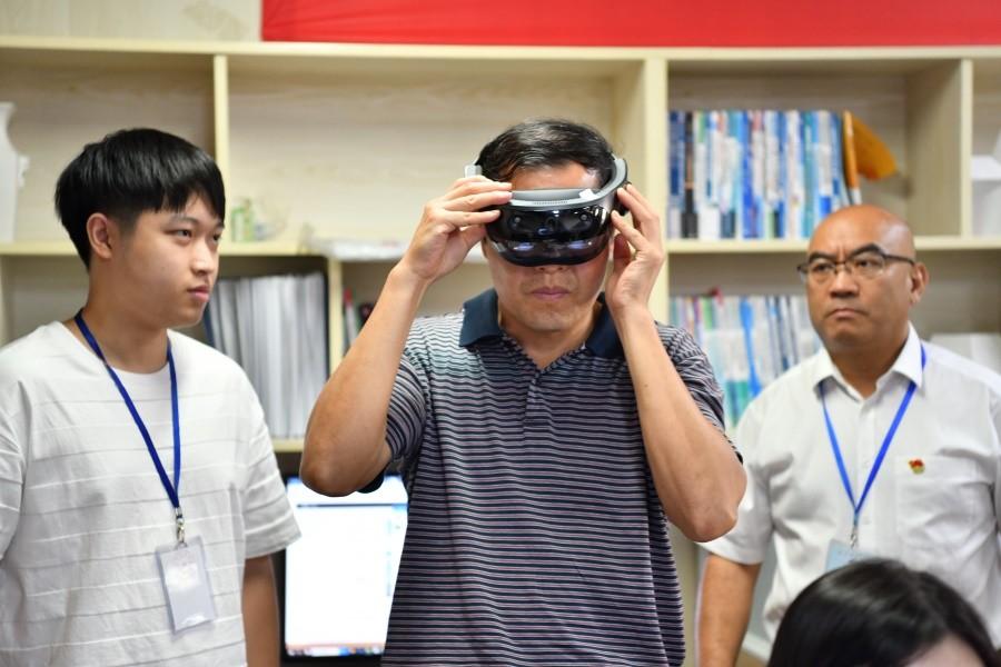 9.左孟新副厅长体验虚拟现实交互项目.JPG