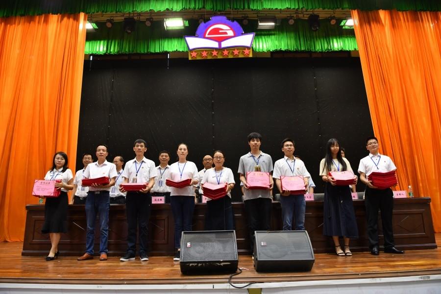 第一批先进教师(先进教育工作者)代表上台领奖.JPG