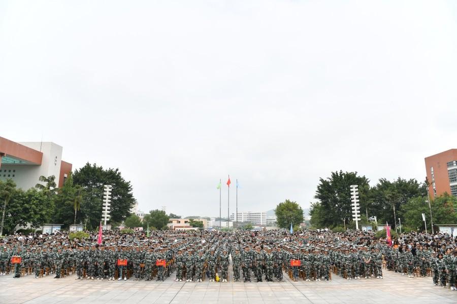 3各系部代表方队集结于学院广场.JPG