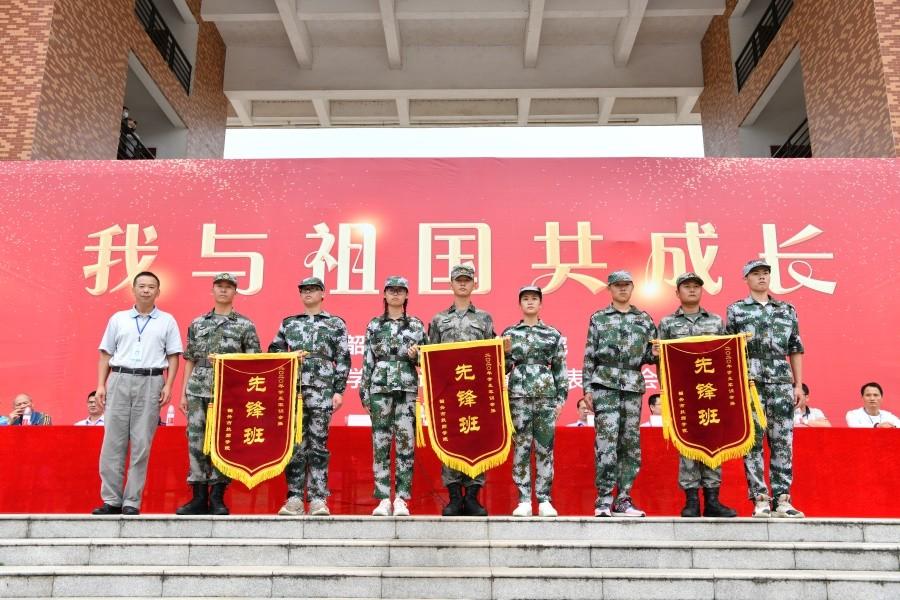 14院领导为二等奖(军训先锋班)进行颁奖.JPG
