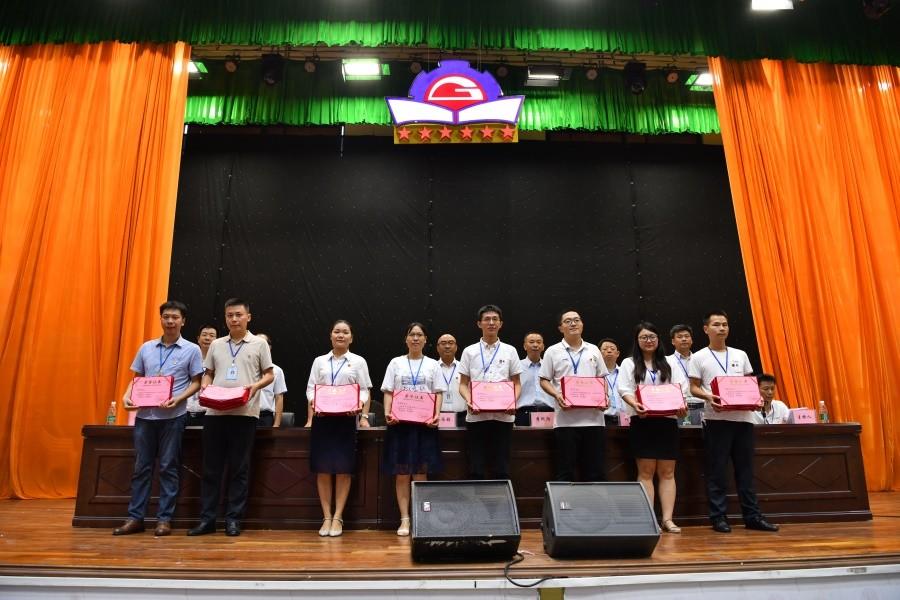 优秀辅导员和优秀班主任代表上台领奖.JPG