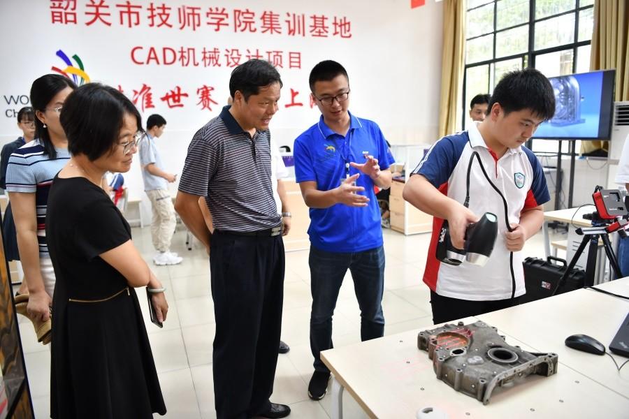 6.调研组考察CAD机械设计竞赛训练基地.JPG