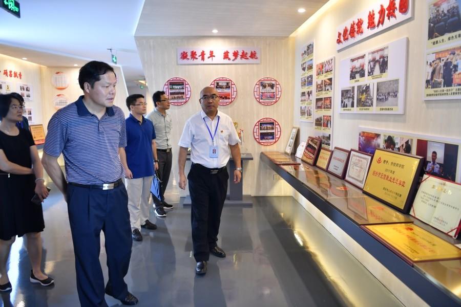 2.左孟新副厅长正浏览展览室内陈列的各项证书、奖牌.JPG