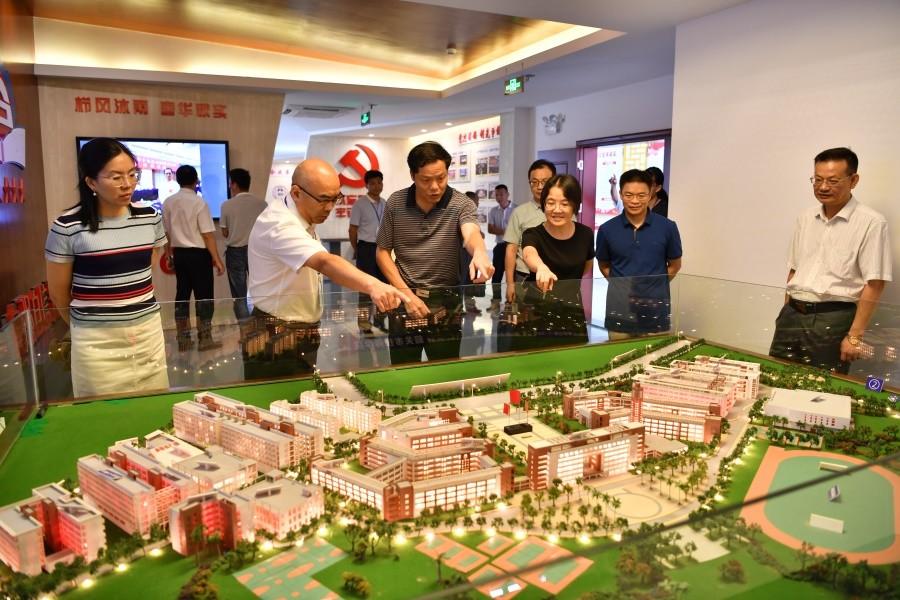 1.岳永胜院长向左孟新副厅长一行详细介绍我院的校园布局.JPG
