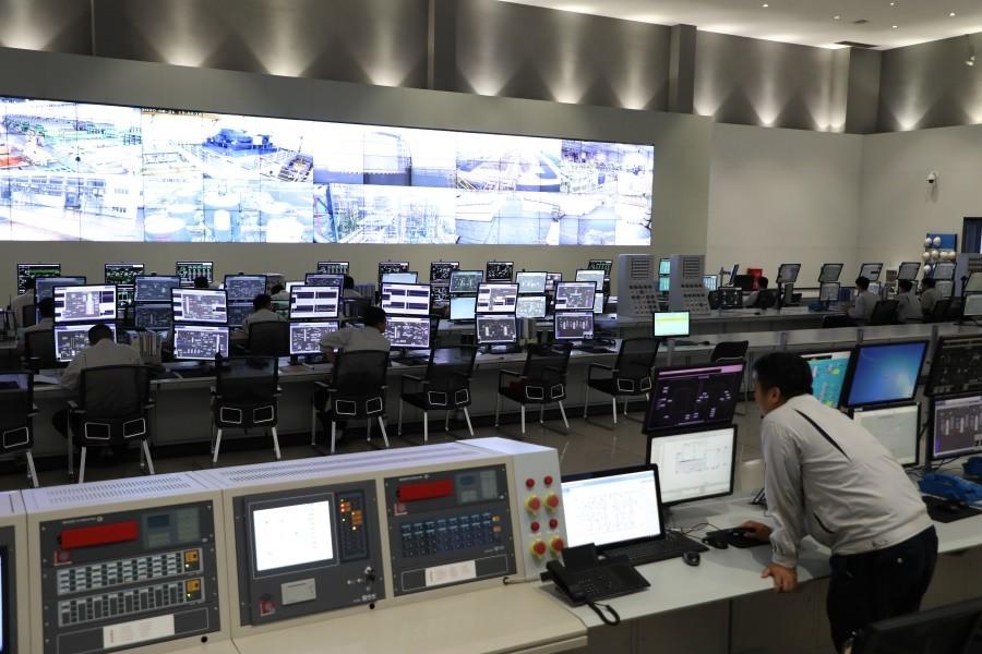 青岛奥门葡京董家口产业园区中央控制室综合计算机、通信、显示和控制等4C技术,实现了对生产和管理的实时、全面、智能与可视化控制.jpg