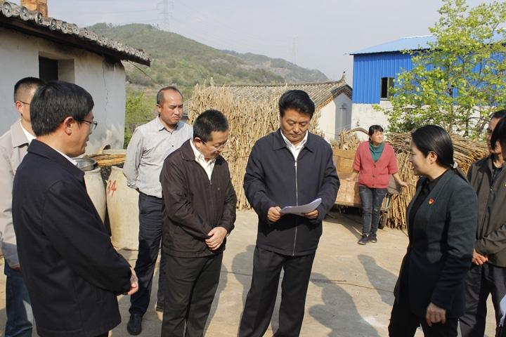 在菠蘿塘村小組調研農村飲水安全保障工作.JPG