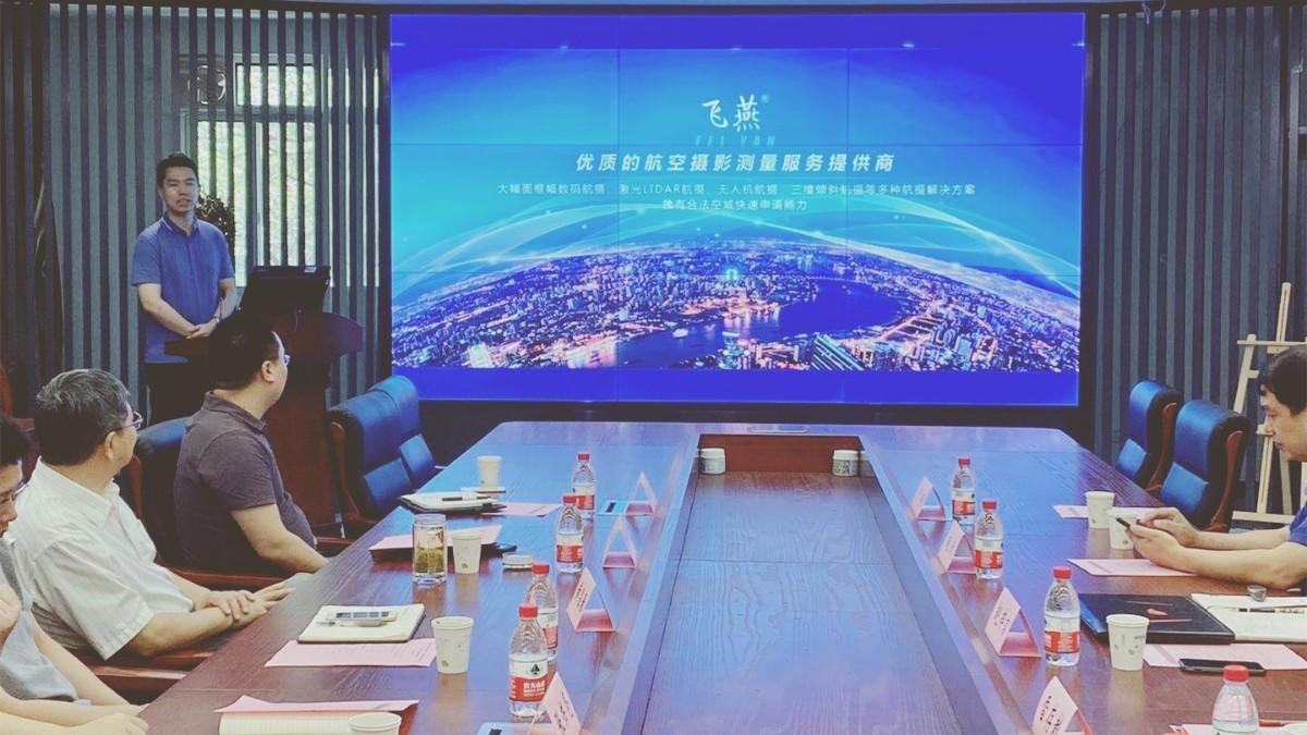 图 总经理助理赵梓言介绍飞燕遥感