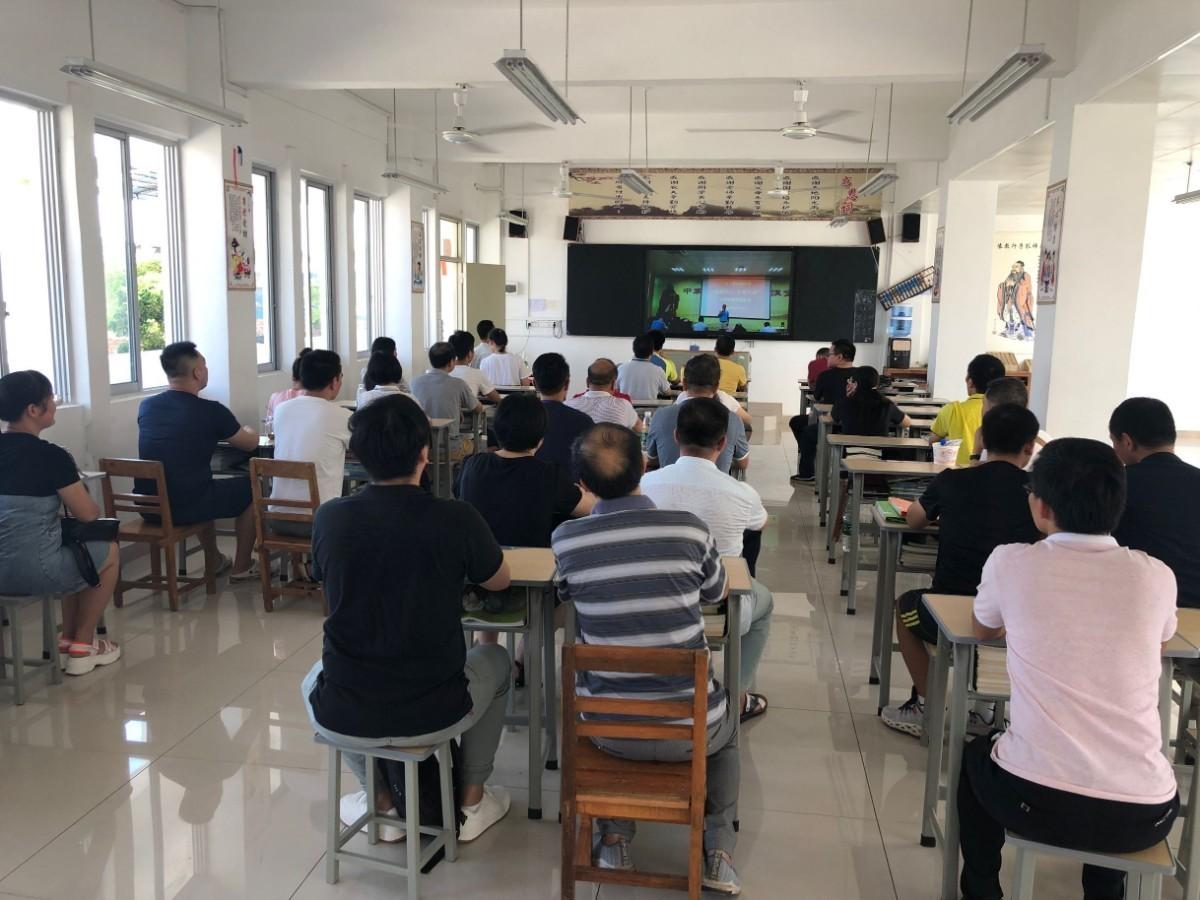 高新区校区教职工在分会场观看实时转播.jpg