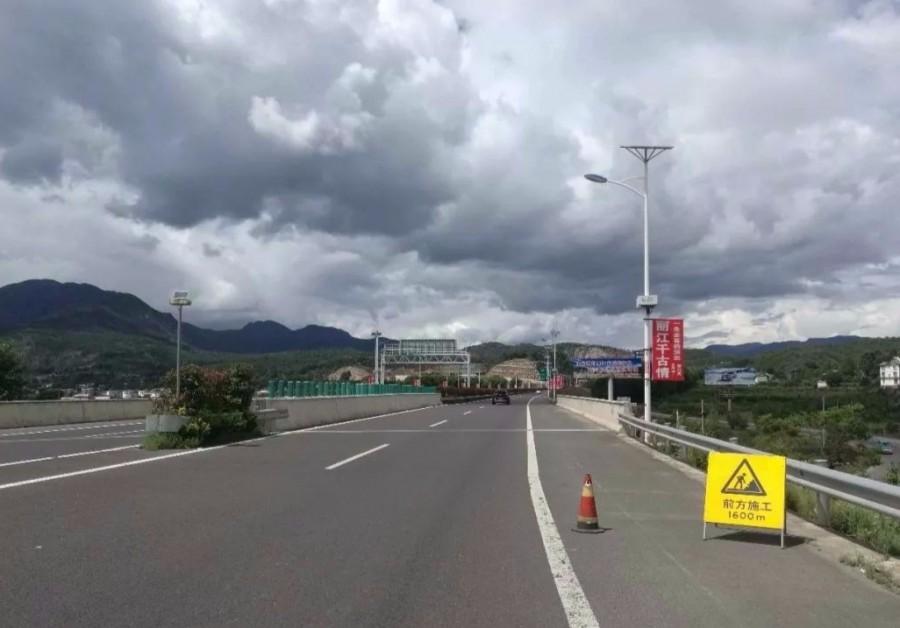 丽江大丽高速公路部分路段因施工需要采取半幅通行放行措施 预计持续一个周